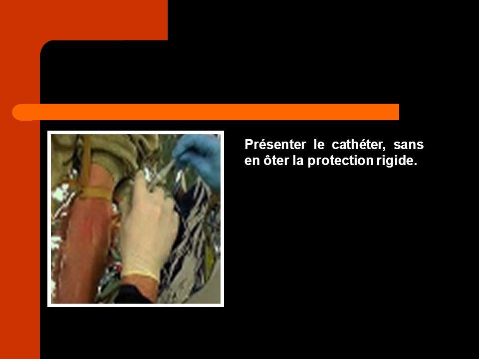 Présenter le cathéter, sans en ôter la protection rigide.
