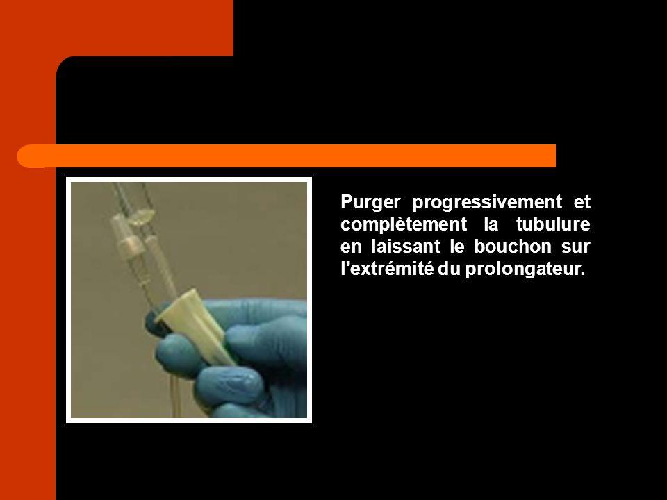 Purger progressivement et complètement la tubulure en laissant le bouchon sur l extrémité du prolongateur.