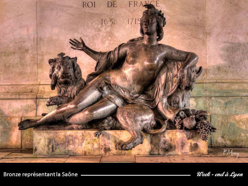 Week - end à Lyon Bronze représentant la Saône