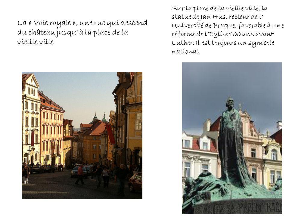 Sur la place de la vieille ville, la statue de Jan Hus, recteur de l Université de Prague, favorable à une réforme de l'Eglise 100 ans avant Luther. Il est toujours un symbole national.
