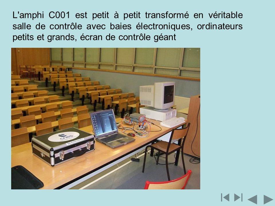 L amphi C001 est petit à petit transformé en véritable salle de contrôle avec baies électroniques, ordinateurs petits et grands, écran de contrôle géant