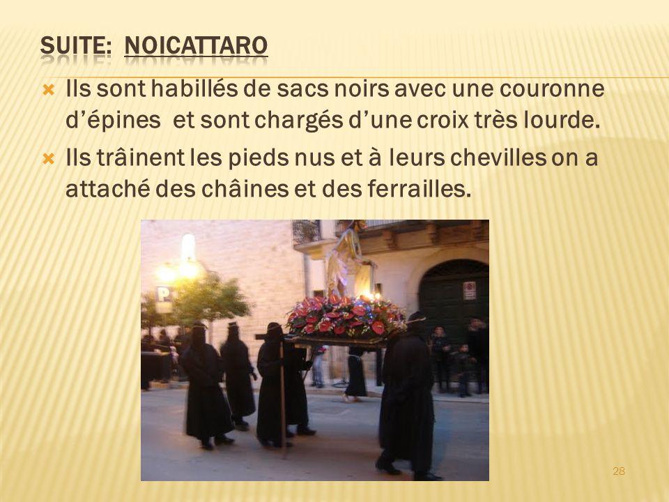 Suite: Noicattaro Ils sont habillés de sacs noirs avec une couronne d'épines et sont chargés d'une croix très lourde.