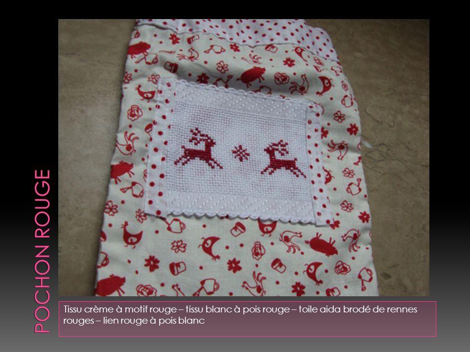 POCHON ROUGE Tissu crème à motif rouge – tissu blanc à pois rouge – toile aida brodé de rennes rouges – lien rouge à pois blanc.