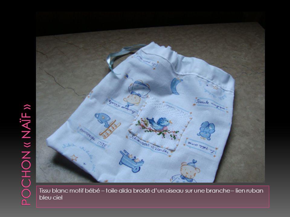 POCHON « naïf » Tissu blanc motif bébé – toile aïda brodé d'un oiseau sur une branche – lien ruban bleu ciel.