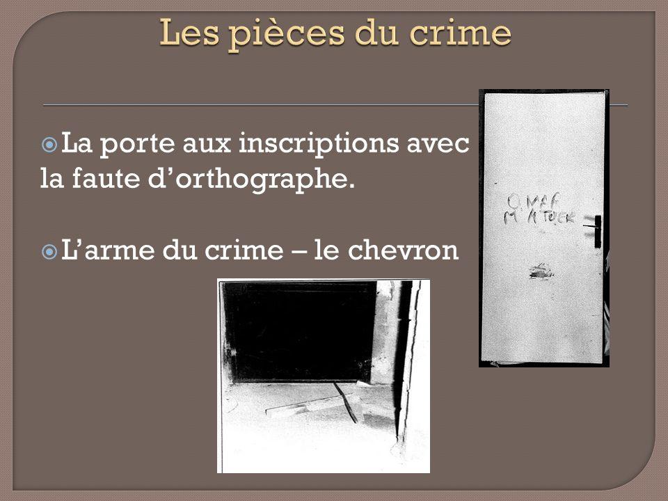 Les pièces du crime La porte aux inscriptions avec
