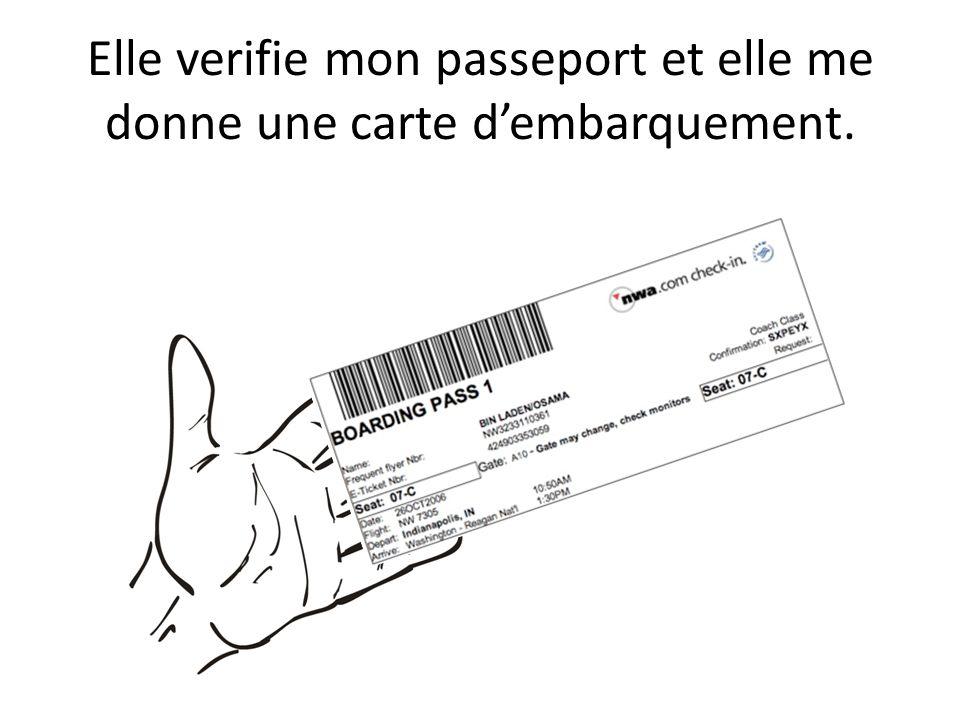 Elle verifie mon passeport et elle me donne une carte d'embarquement.