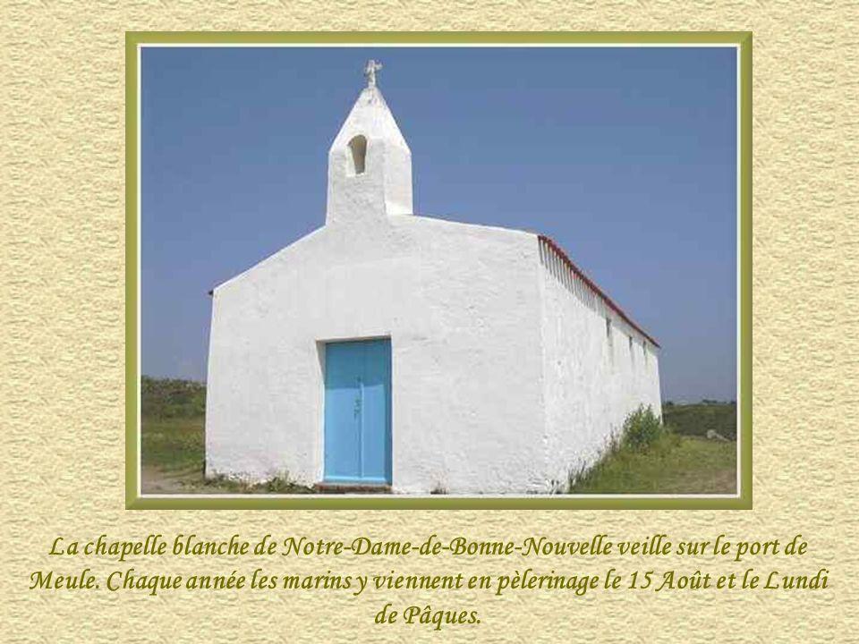 La chapelle blanche de Notre-Dame-de-Bonne-Nouvelle veille sur le port de Meule.