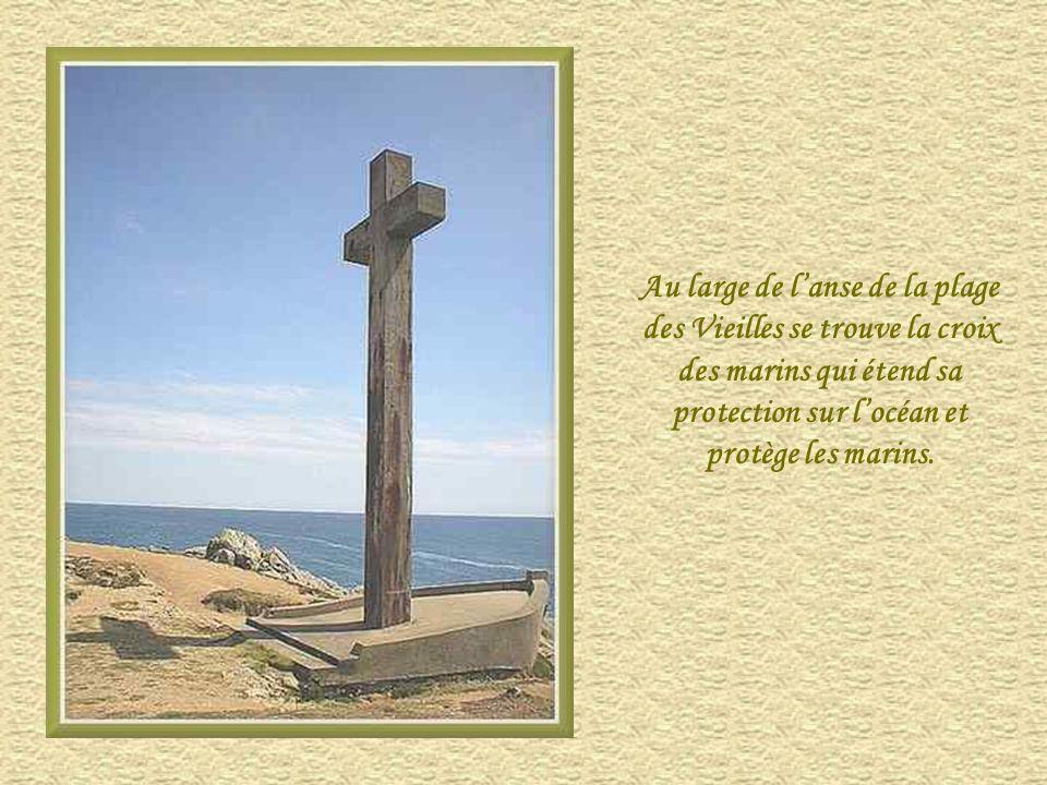Au large de l'anse de la plage des Vieilles se trouve la croix des marins qui étend sa protection sur l'océan et protège les marins.