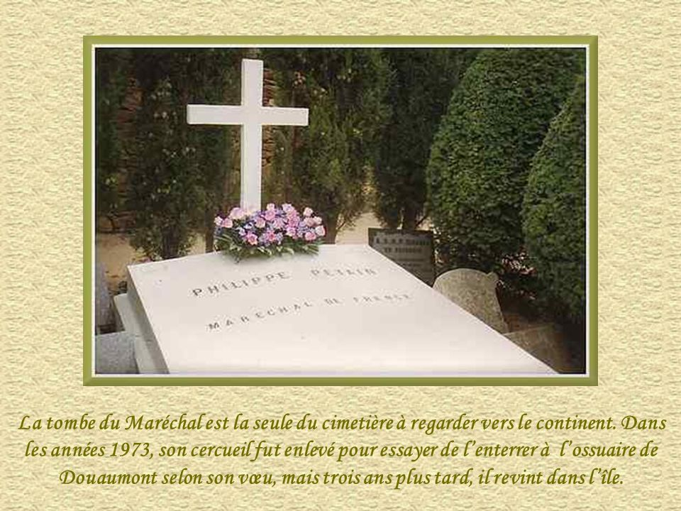 La tombe du Maréchal est la seule du cimetière à regarder vers le continent.