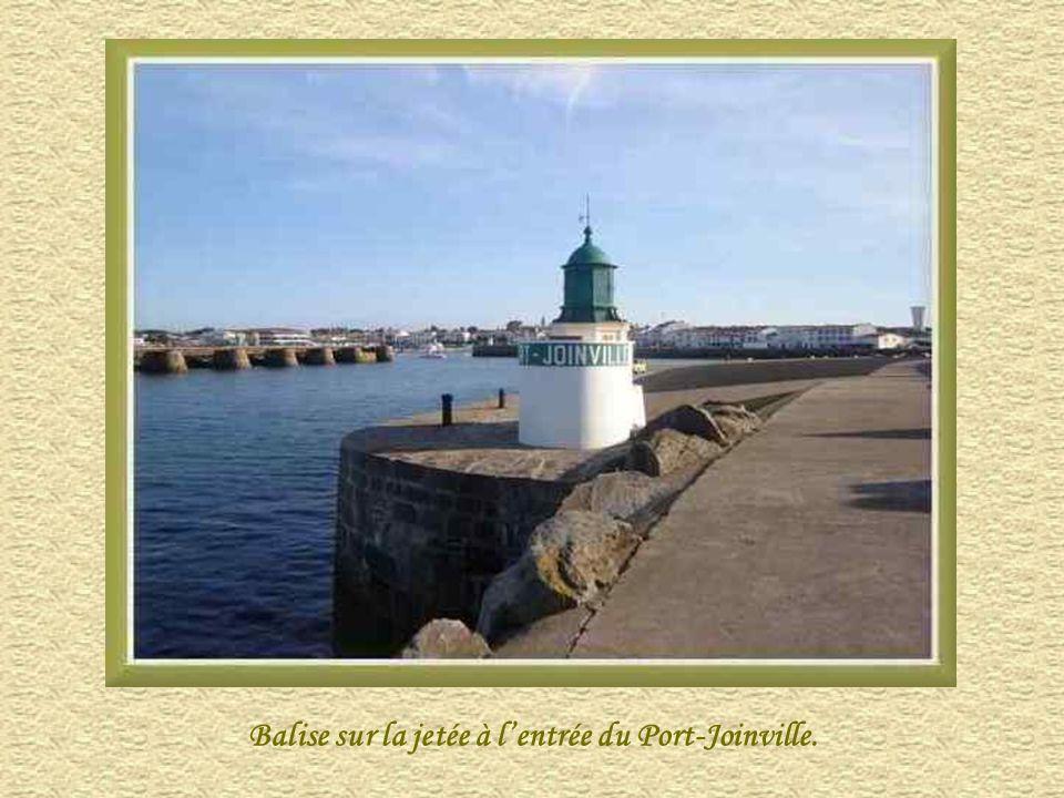 Balise sur la jetée à l'entrée du Port-Joinville.