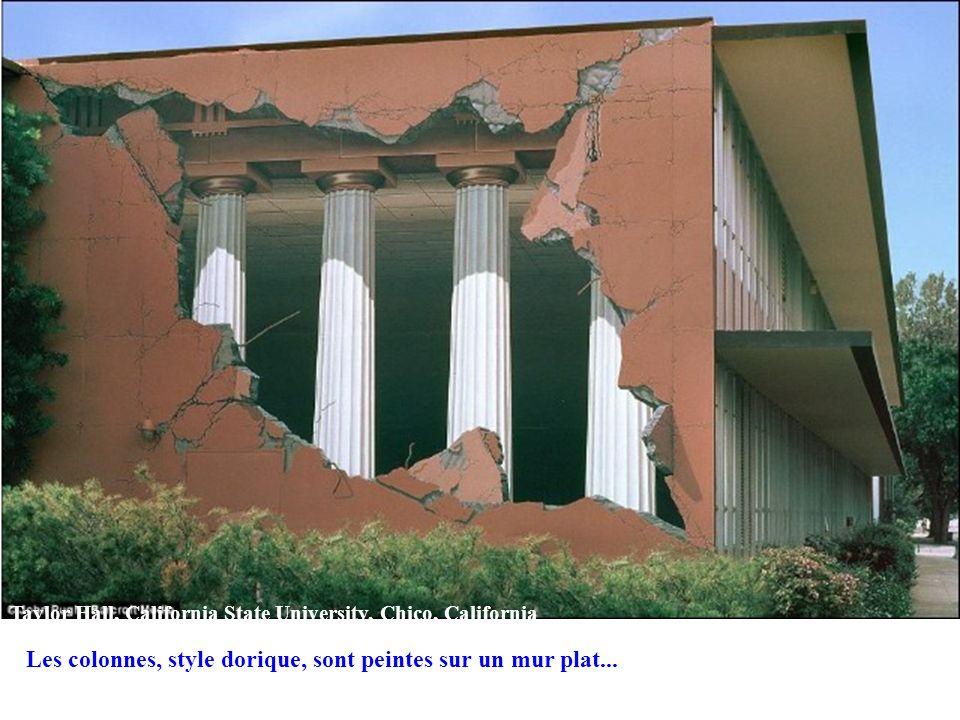 Les colonnes, style dorique, sont peintes sur un mur plat...
