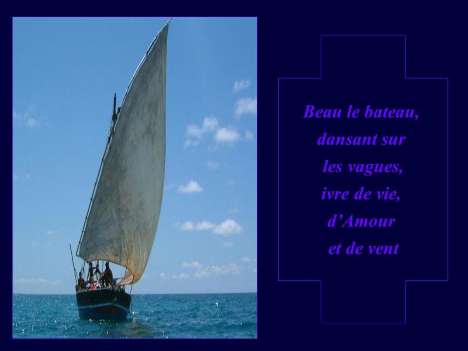 Beau le bateau, dansant sur les vagues, ivre de vie, d'Amour et de vent
