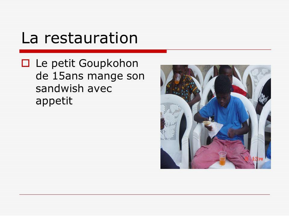 La restauration Le petit Goupkohon de 15ans mange son sandwish avec appetit