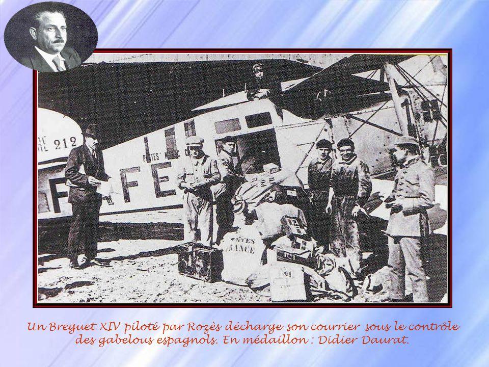 Un Breguet XIV piloté par Rozès décharge son courrier sous le contrôle des gabelous espagnols.