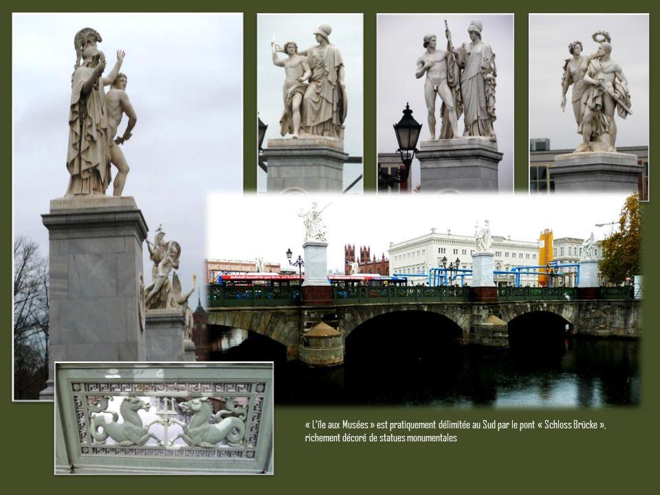 « L'île aux Musées » est pratiquement délimitée au Sud par le pont « Schloss Brücke », richement décoré de statues monumentales