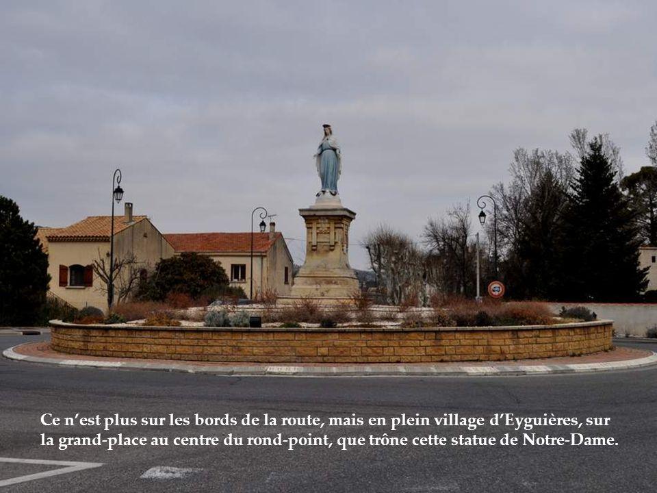 Ce n'est plus sur les bords de la route, mais en plein village d'Eyguières, sur la grand-place au centre du rond-point, que trône cette statue de Notre-Dame.