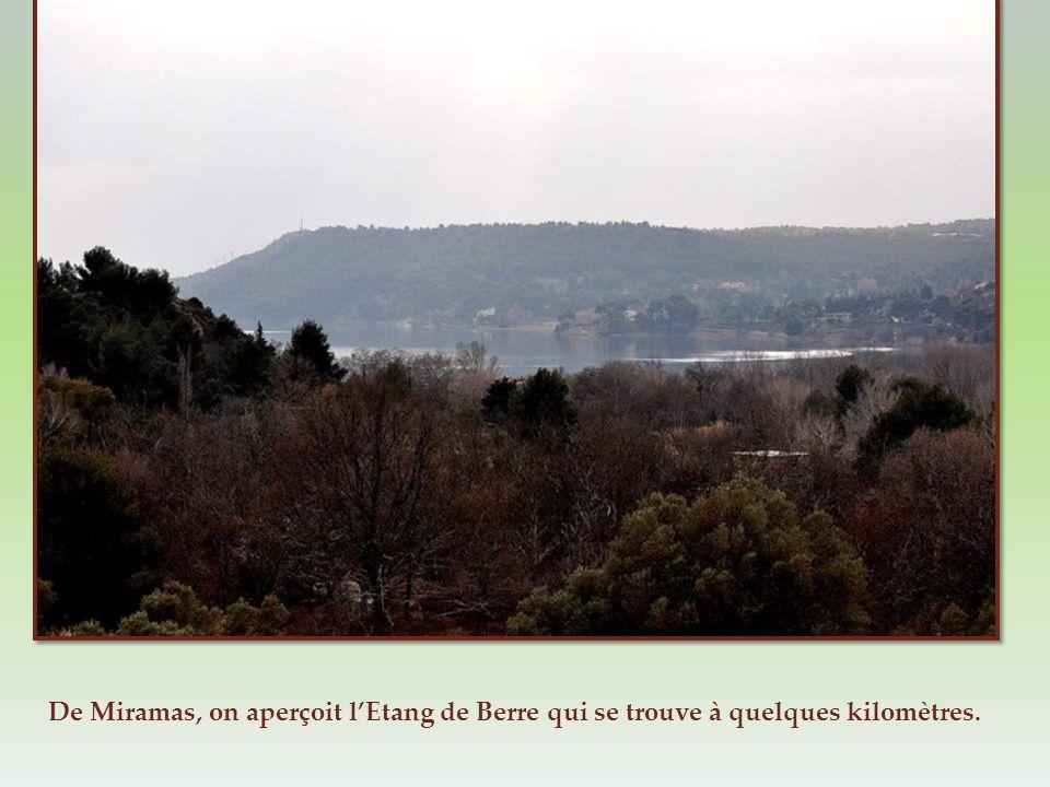 De Miramas, on aperçoit l'Etang de Berre qui se trouve à quelques kilomètres.