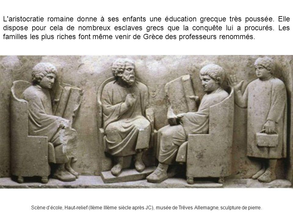 L aristocratie romaine donne à ses enfants une éducation grecque très poussée. Elle dispose pour cela de nombreux esclaves grecs que la conquête lui a procurés. Les familles les plus riches font même venir de Grèce des professeurs renommés.