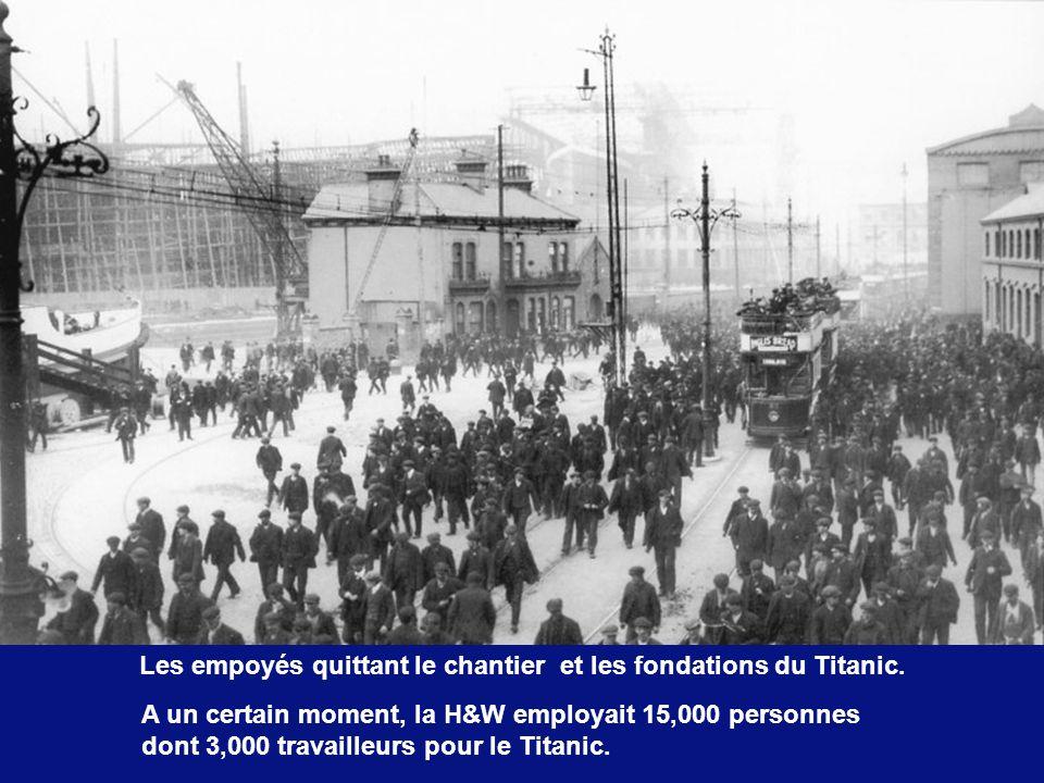 Les empoyés quittant le chantier et les fondations du Titanic.