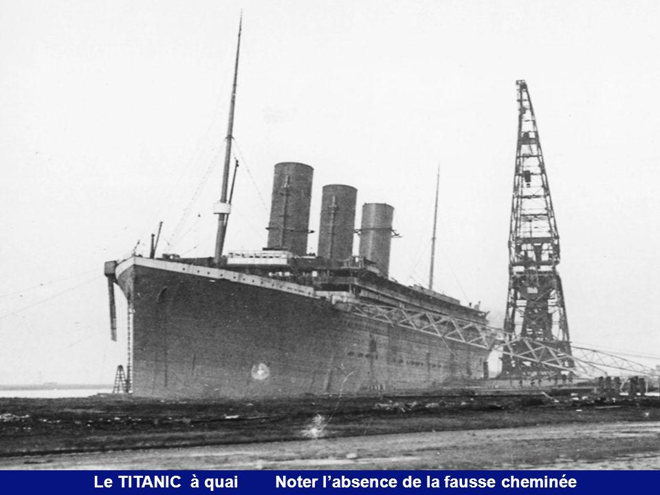 Le TITANIC à quai Noter l'absence de la fausse cheminée