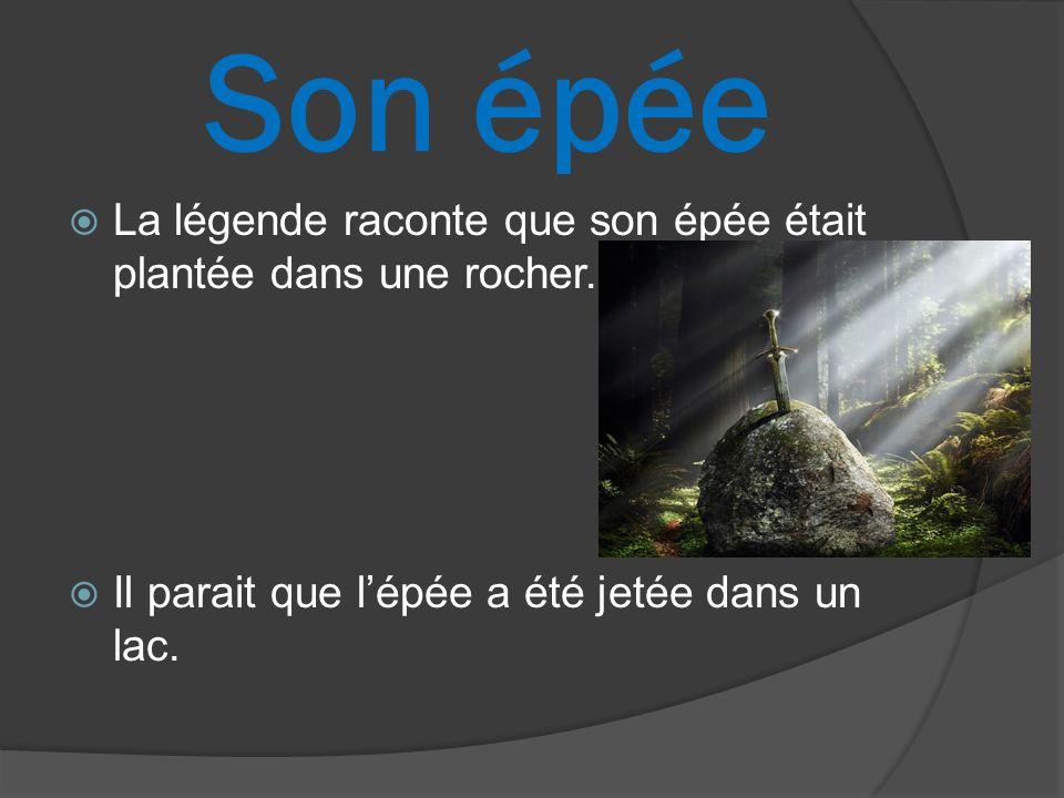 Son épée La légende raconte que son épée était plantée dans une rocher.
