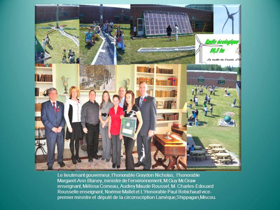 Le lieutenant gouverneur, l'honorable Graydon Nicholas, l'honorable Margaret-Ann Blaney, ministre de l'environnement, M.Guy McGraw enseignant, Mélissa Comeau, Audrey Maude Roussel, M.