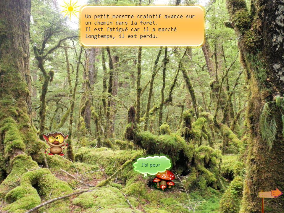 Un petit monstre craintif avance sur un chemin dans la forêt.