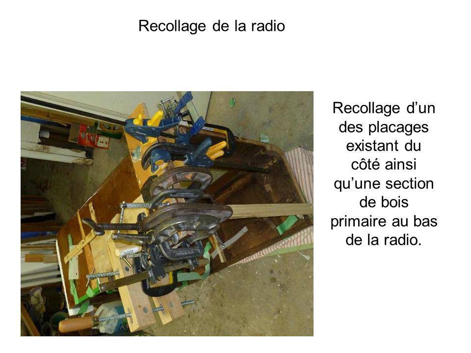 Recollage de la radio Recollage d'un des placages existant du côté ainsi qu'une section de bois primaire au bas de la radio.