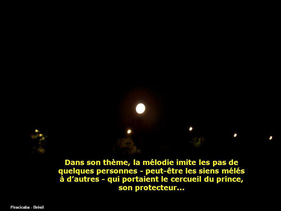 Dans son thème, la mélodie imite les pas de quelques personnes - peut-être les siens mélés à d'autres - qui portaient le cercueil du prince, son protecteur...