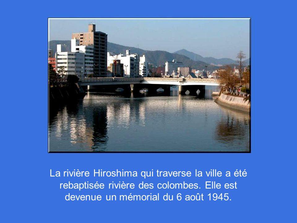 La rivière Hiroshima qui traverse la ville a été rebaptisée rivière des colombes.