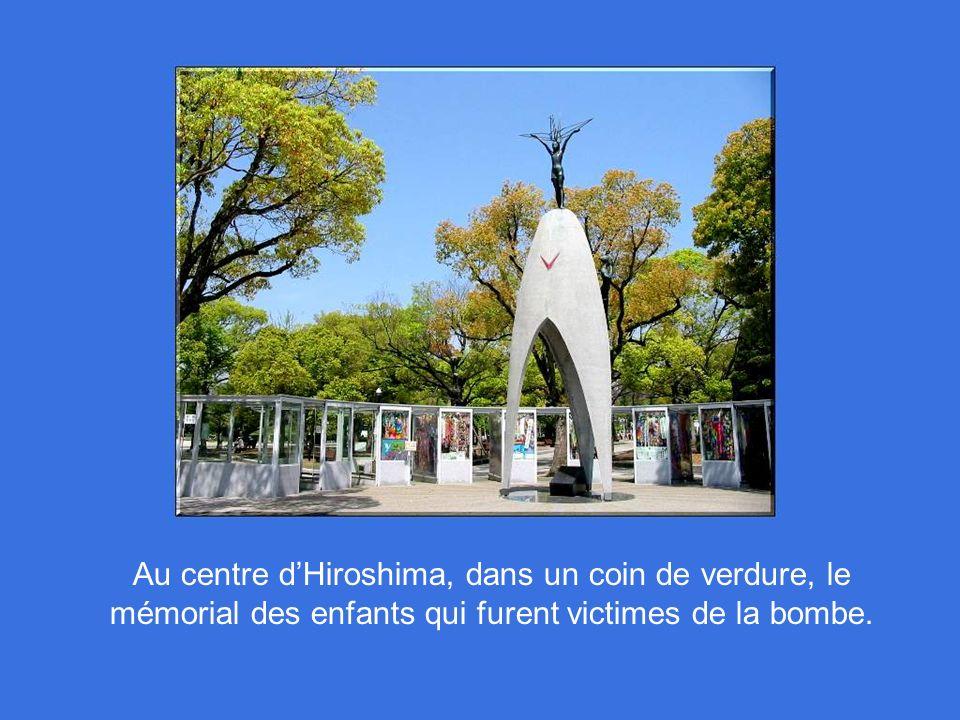 Au centre d'Hiroshima, dans un coin de verdure, le mémorial des enfants qui furent victimes de la bombe.