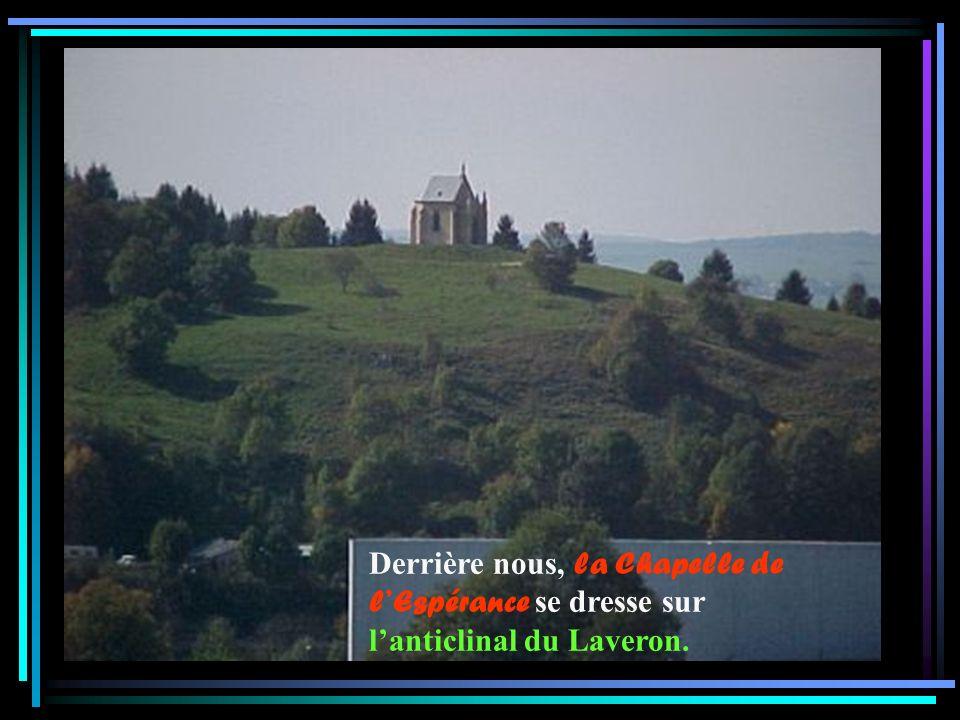 Derrière nous, la Chapelle de l'Espérance se dresse sur l'anticlinal du Laveron.