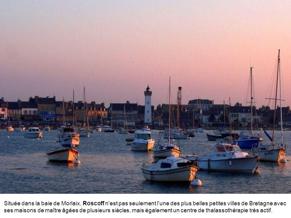 Située dans la baie de Morlaix, Roscoff n est pas seulement l une des plus belles petites villes de Bretagne avec ses maisons de maître âgées de plusieurs siècles, mais également un centre de thalassothérapie très actif.