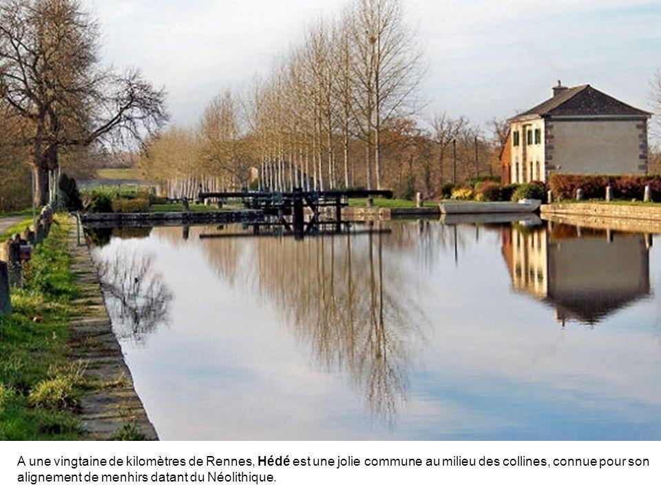 A une vingtaine de kilomètres de Rennes, Hédé est une jolie commune au milieu des collines, connue pour son alignement de menhirs datant du Néolithique.