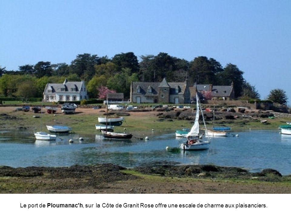 Le port de Ploumanac h, sur la Côte de Granit Rose offre une escale de charme aux plaisanciers.