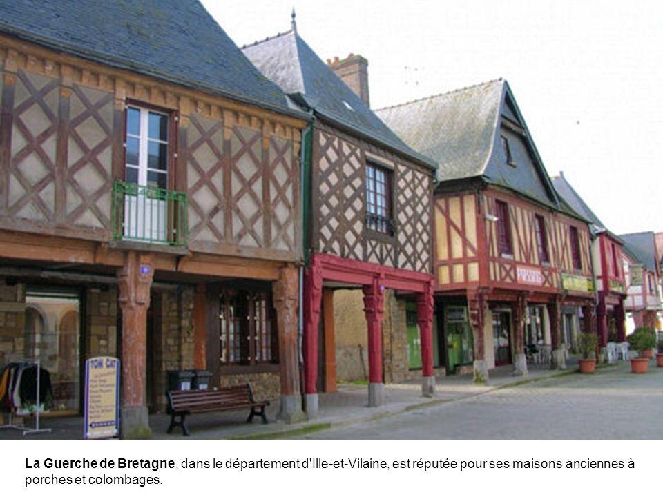 La Guerche de Bretagne, dans le département d Ille-et-Vilaine, est réputée pour ses maisons anciennes à porches et colombages.