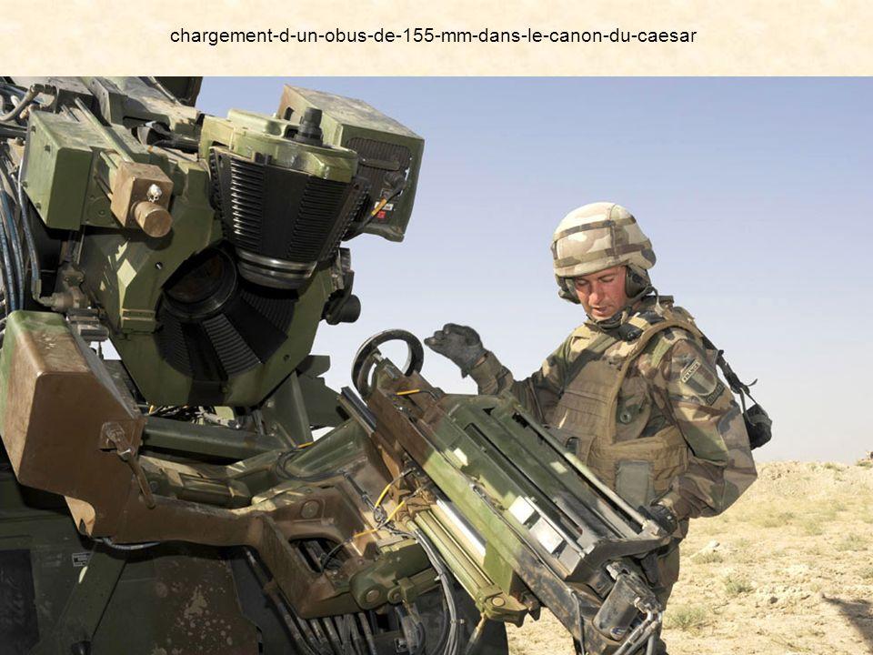 chargement-d-un-obus-de-155-mm-dans-le-canon-du-caesar