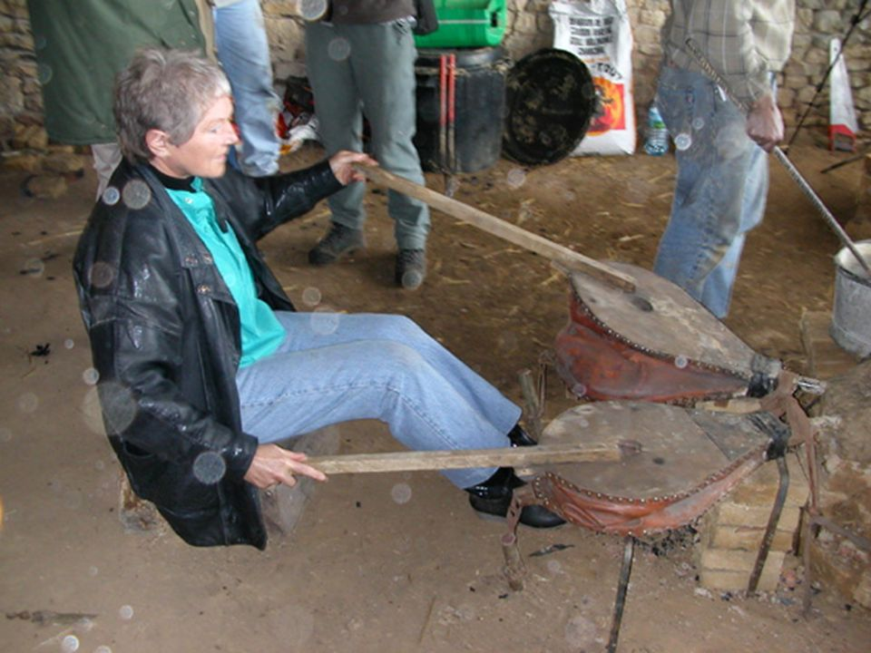 Les braises extraites de la chambre lors de l'opération précédente sont reversées dans le bas-fourneau par la cheminée. Elles sont remises à incandescence à l'aide des soufflets;