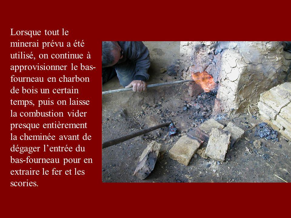 Lorsque tout le minerai prévu a été utilisé, on continue à approvisionner le bas-fourneau en charbon de bois un certain temps, puis on laisse la combustion vider presque entièrement la cheminée avant de dégager l'entrée du bas-fourneau pour en extraire le fer et les scories.