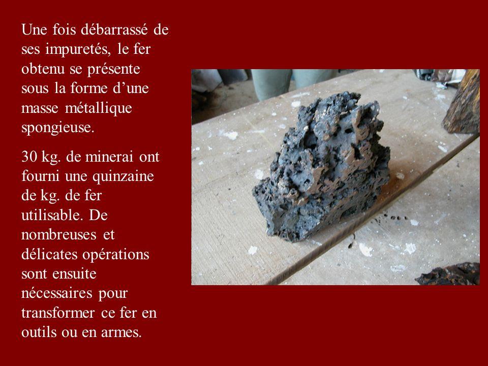 Une fois débarrassé de ses impuretés, le fer obtenu se présente sous la forme d'une masse métallique spongieuse.