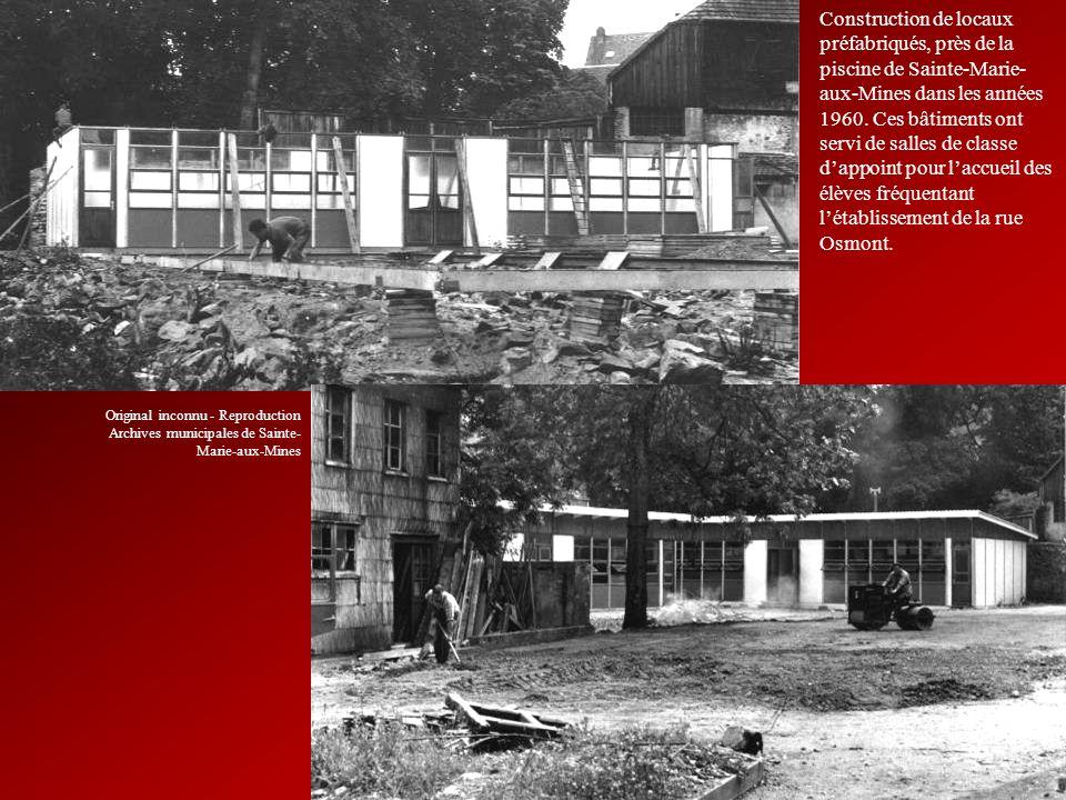 Construction de locaux préfabriqués, près de la piscine de Sainte-Marie-aux-Mines dans les années 1960. Ces bâtiments ont servi de salles de classe d'appoint pour l'accueil des élèves fréquentant l'établissement de la rue Osmont.