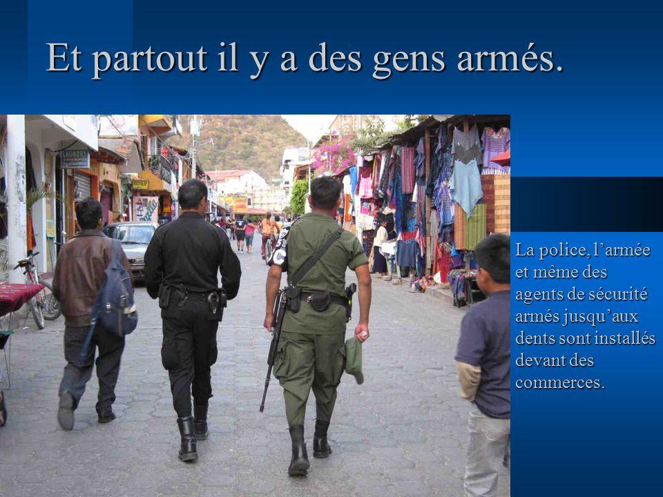 Et partout il y a des gens armés.
