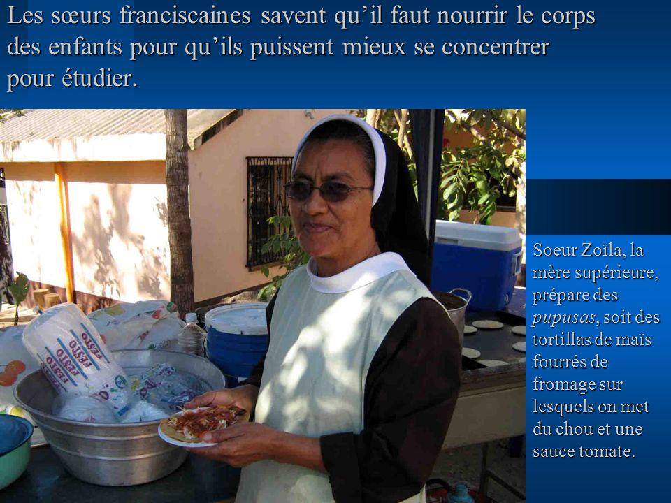 Les sœurs franciscaines savent qu'il faut nourrir le corps des enfants pour qu'ils puissent mieux se concentrer pour étudier.