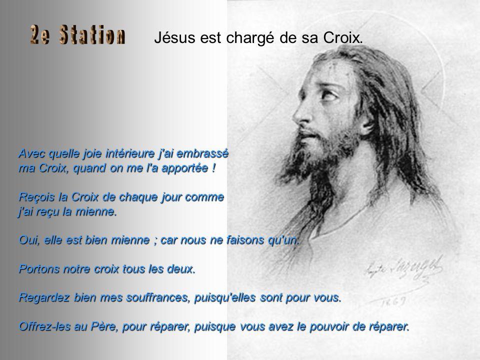 Jésus est chargé de sa Croix.