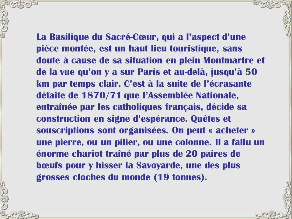 La Basilique du Sacré-Cœur, qui a l'aspect d'une pièce montée, est un haut lieu touristique, sans doute à cause de sa situation en plein Montmartre et de la vue qu'on y a sur Paris et au-delà, jusqu'à 50 km par temps clair.