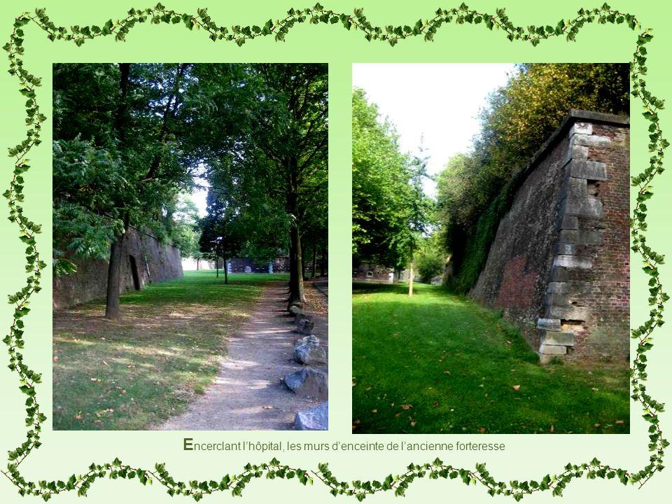 Encerclant l'hôpital, les murs d'enceinte de l'ancienne forteresse
