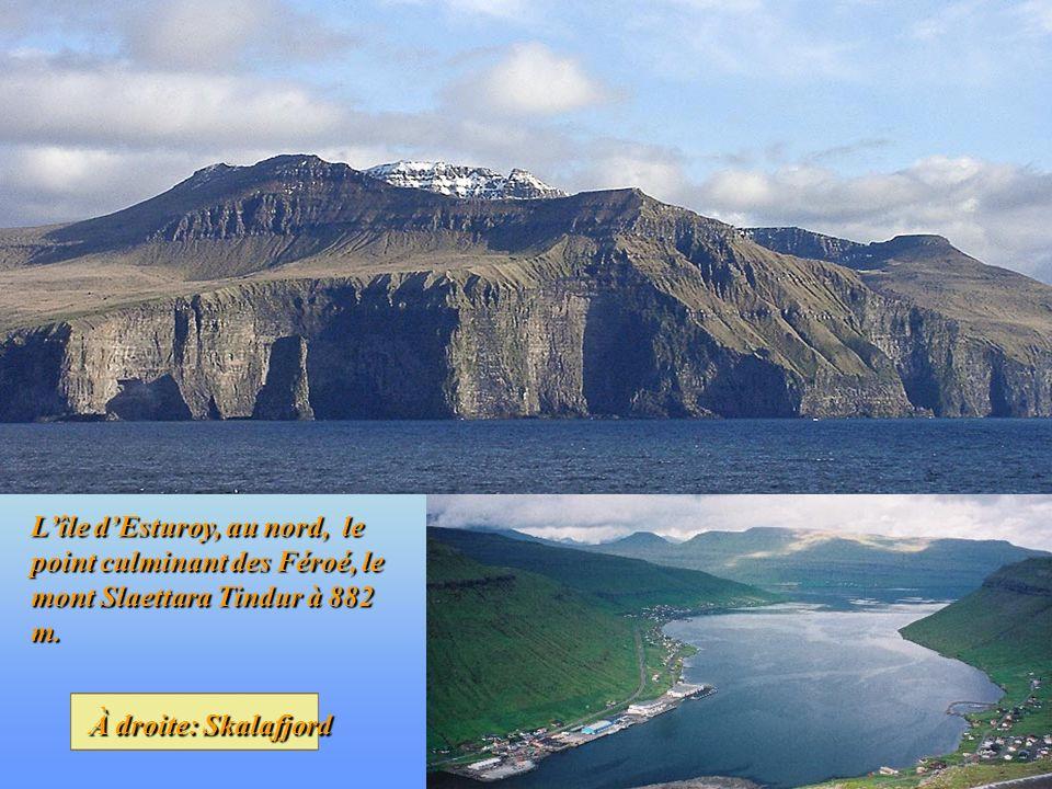 L'île d'Esturoy, au nord, le point culminant des Féroé, le mont Slaettara Tindur à 882 m.