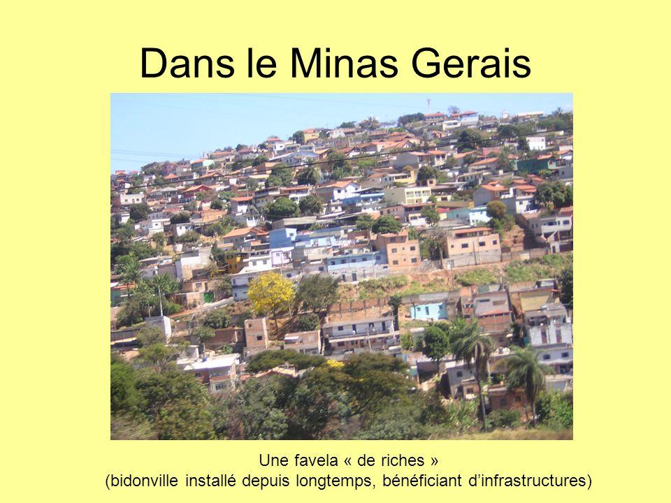 (bidonville installé depuis longtemps, bénéficiant d'infrastructures)