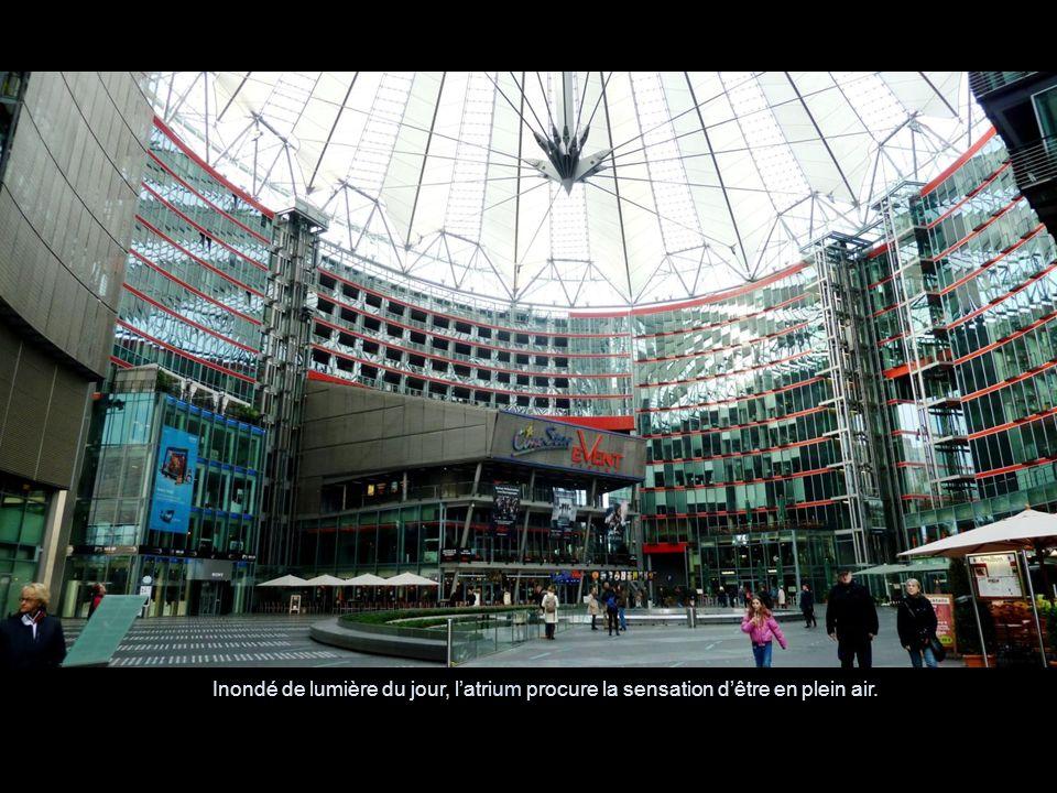 Inondé de lumière du jour, l'atrium procure la sensation d'être en plein air.