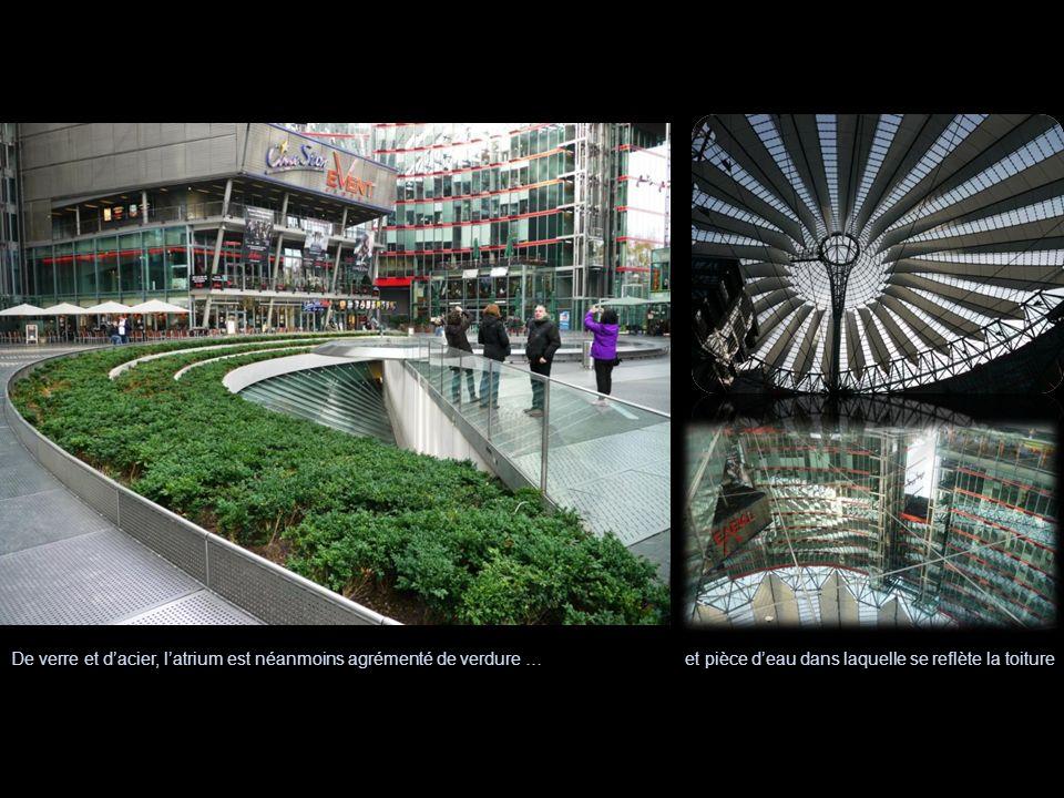 De verre et d'acier, l'atrium est néanmoins agrémenté de verdure …